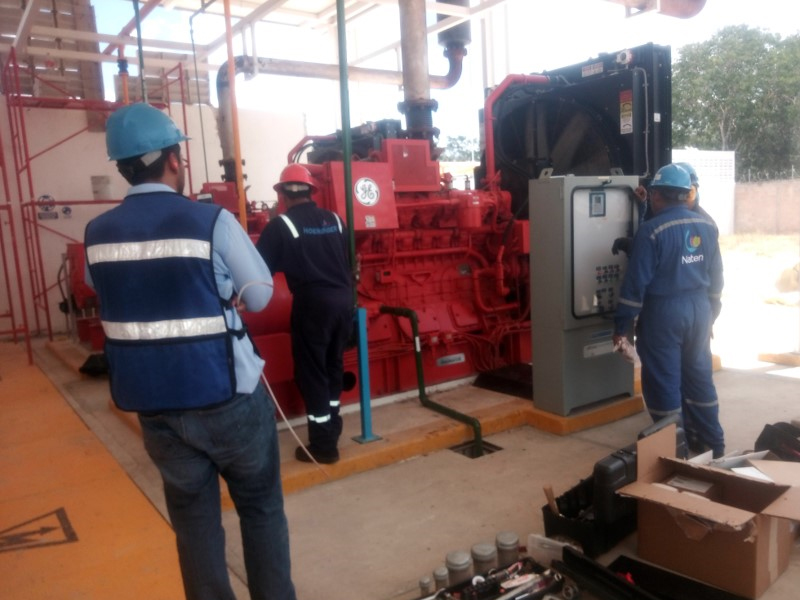 ingenieros dando mantenimiento a motor industrial